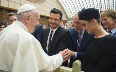 Katy Perry und Bob Roth präsentieren TM vor der Vatikan-Konferenz